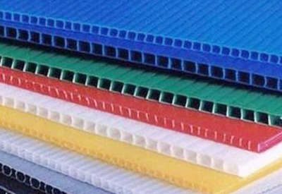 What are the product performance characteristics of plastic hollow boards?